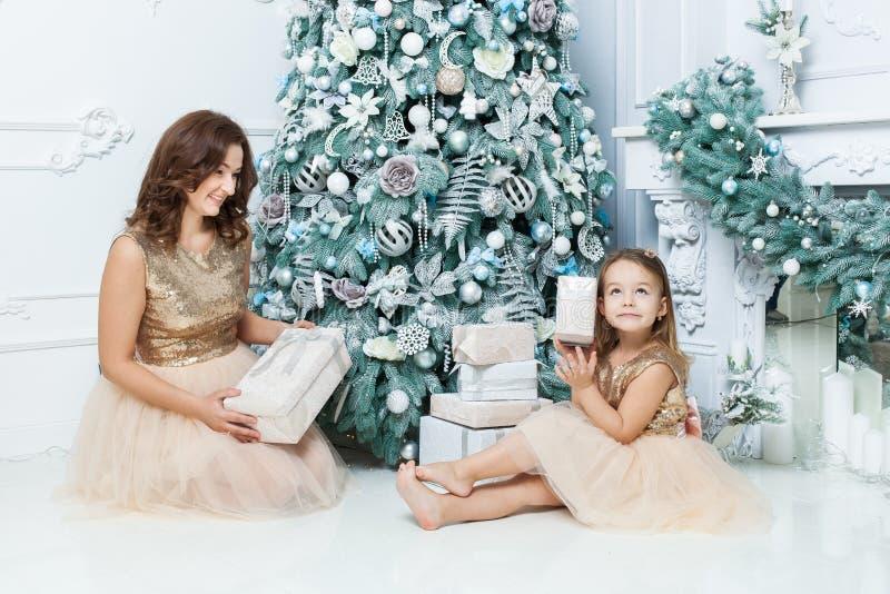 La mamá y la hija son regalos del ` s de la Feliz Año Nuevo fotos de archivo libres de regalías