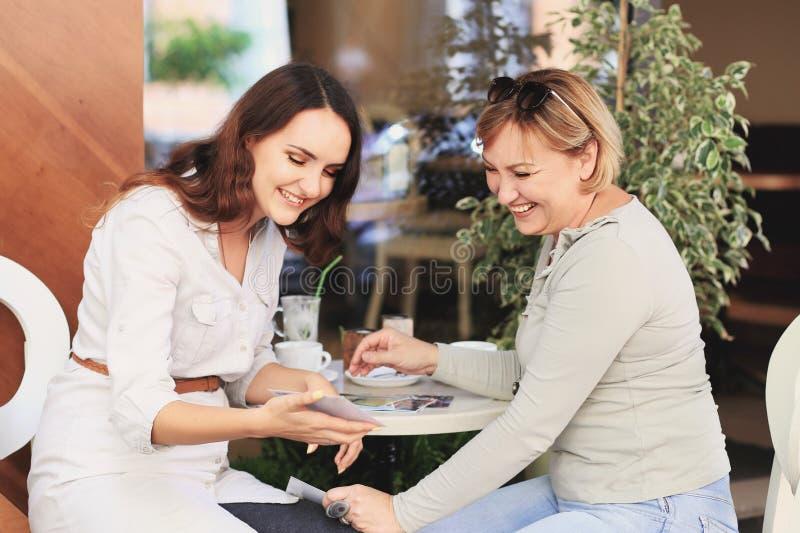 La mamá y la hija están en el café imagenes de archivo