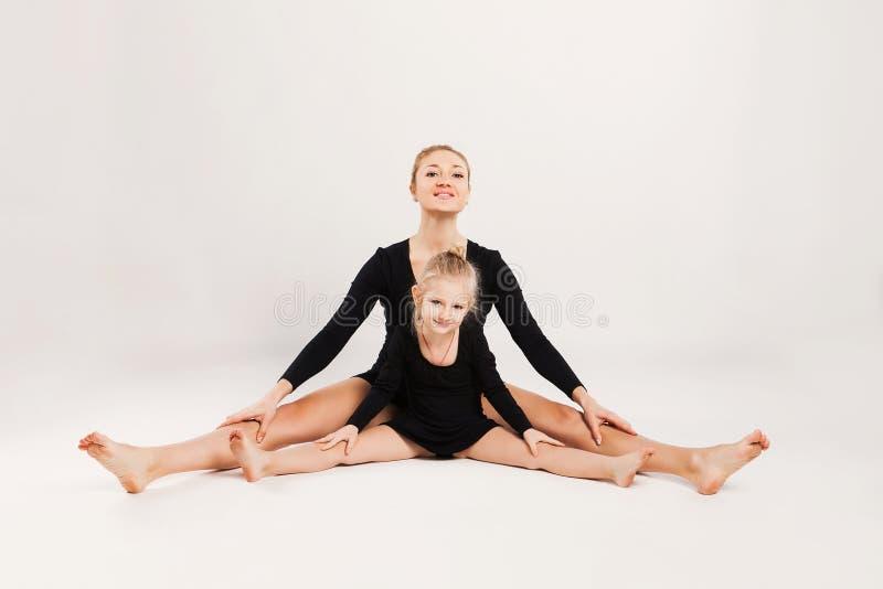 La mamá y la hija hacen la gimnasia fotos de archivo libres de regalías