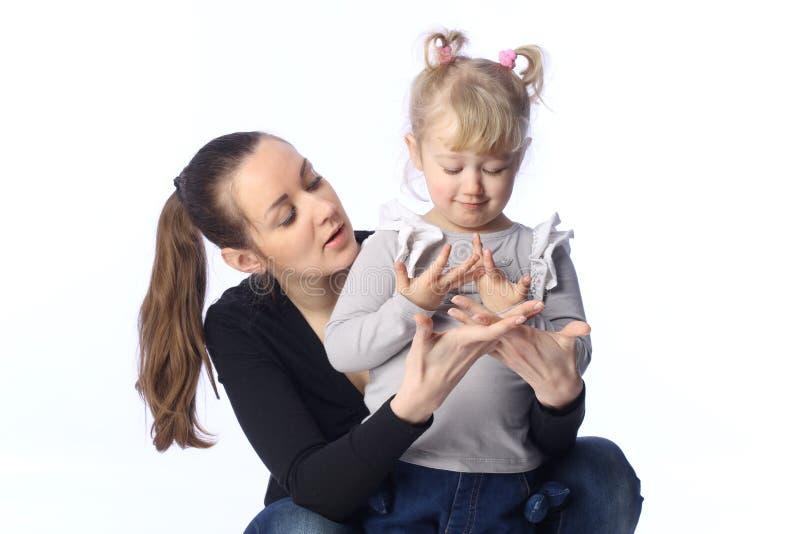 La mamá y la pequeña hija aprenden imagen de archivo libre de regalías