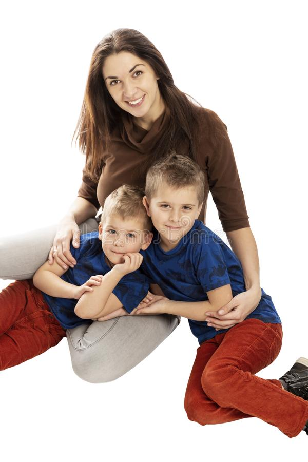 La mam? y los hijos abrazan y sonr?en Dulzura y amor Aislado en un fondo blanco fotografía de archivo