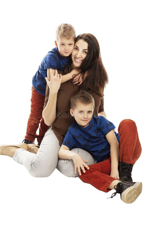 La mam? y los hijos abrazan y sonr?en Dulzura y amor Aislado en un fondo blanco imagen de archivo libre de regalías