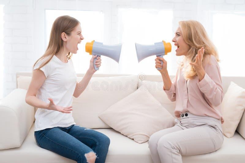 La mamá y una hija adolescente están discutiendo con uno a fotografía de archivo libre de regalías