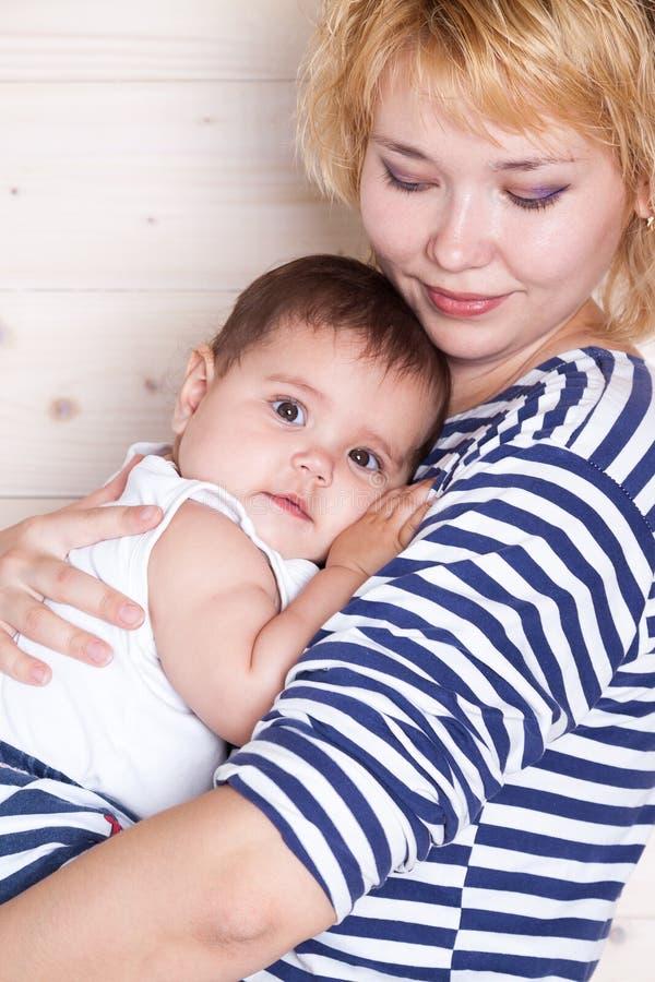 La maman étreint sa petite fille photo libre de droits