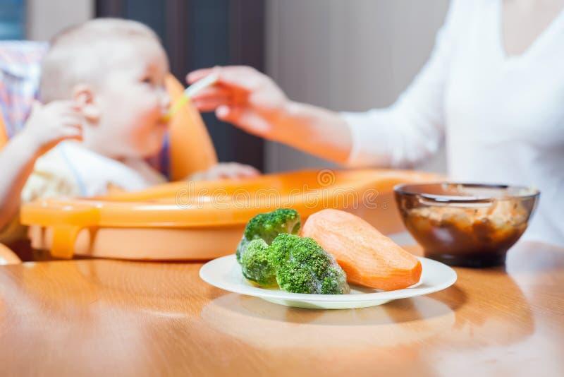 La maman alimente la soupe à bébé Aliment pour bébé sain et naturel photo libre de droits