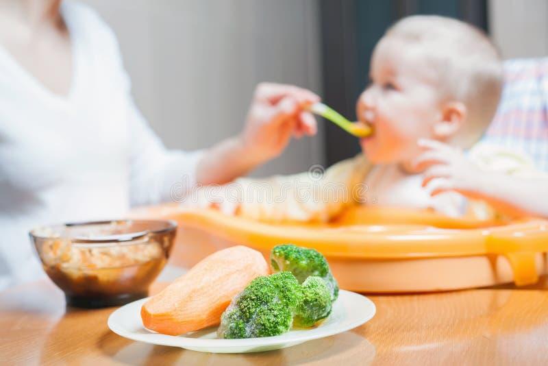 La maman alimente la soupe à bébé Aliment pour bébé sain et naturel photo stock