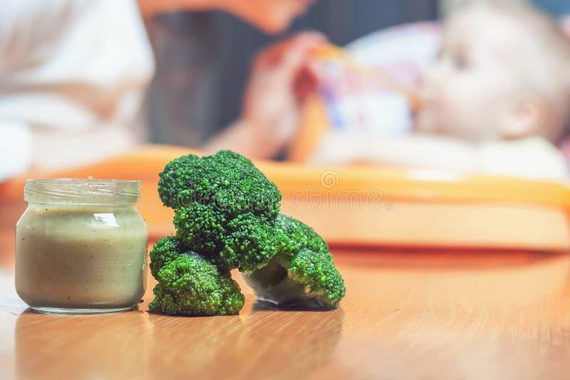 La maman alimente le bébé pur Aliment pour bébé sain et naturel photographie stock