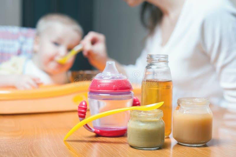 La maman alimente les légumes et les fruits de bébé photographie stock