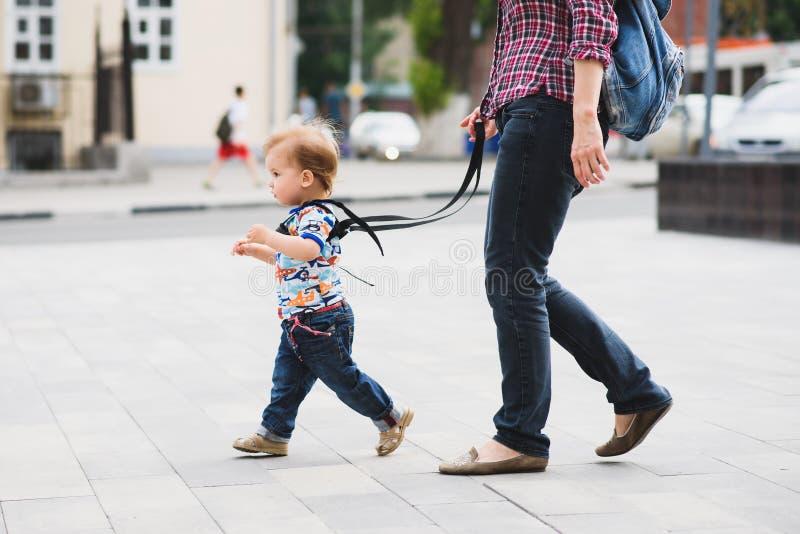 La maman assure son enfant pendant une promenade photo stock