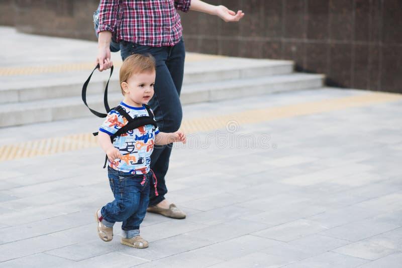 La maman assure son enfant pendant une promenade photographie stock