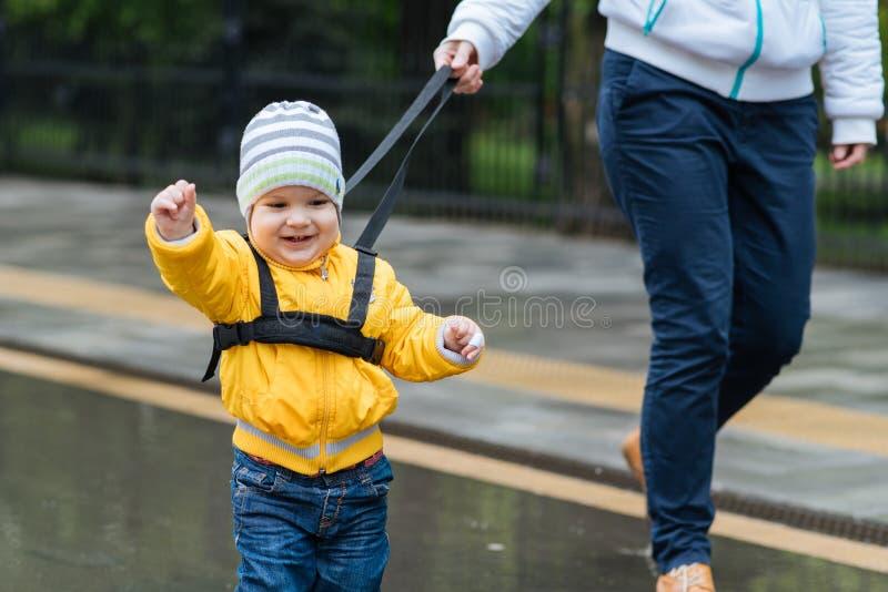La maman assure son enfant pendant une promenade photo libre de droits