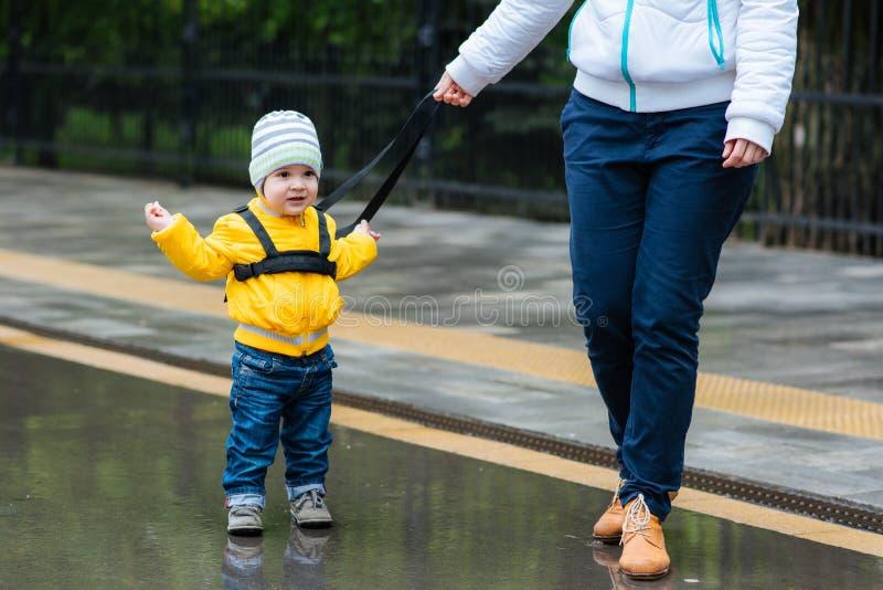 La maman assure son enfant pendant une promenade image libre de droits