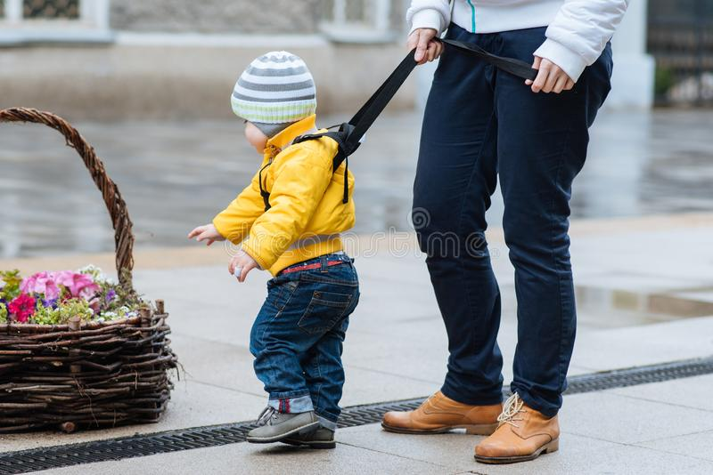La maman assure son enfant pendant une promenade photographie stock libre de droits