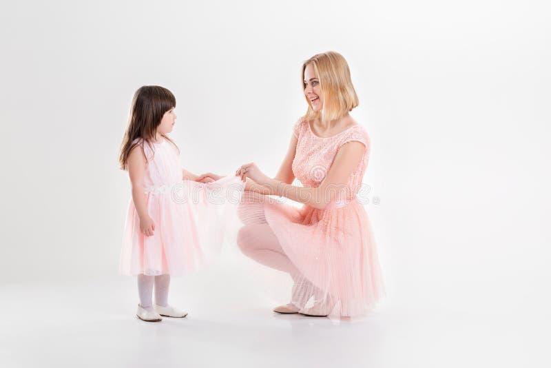 La maman blonde et la petite fille douce dans le rose habille des princesses images libres de droits