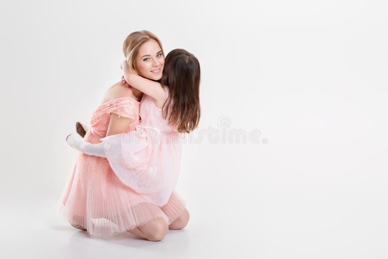 La maman blonde et la petite fille douce dans le rose habille des princesses photo libre de droits