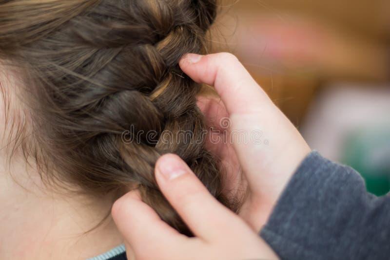 La maman de fille fait des cheveux ou une fille dans un hairdresser_ photographie stock