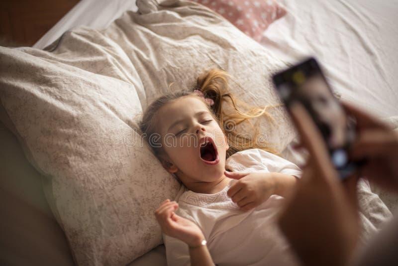 La maman ennuyeux, je veulent dormir photo stock