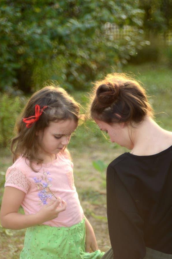 La maman et la fille parlent image stock