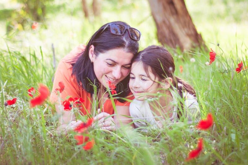 La maman et la fille dans les bois ont moissonné des pavots image libre de droits