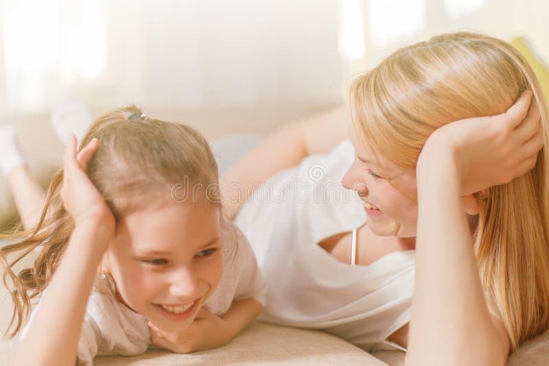La maman et sa fille mignonne d'enfant de fille jouent, sourient et étreignent Mother& heureux x27 ; jour de s images stock