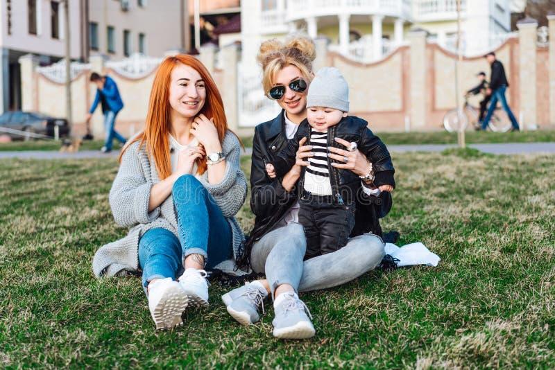 La maman et la tante jouent avec un garçon en parc photographie stock libre de droits
