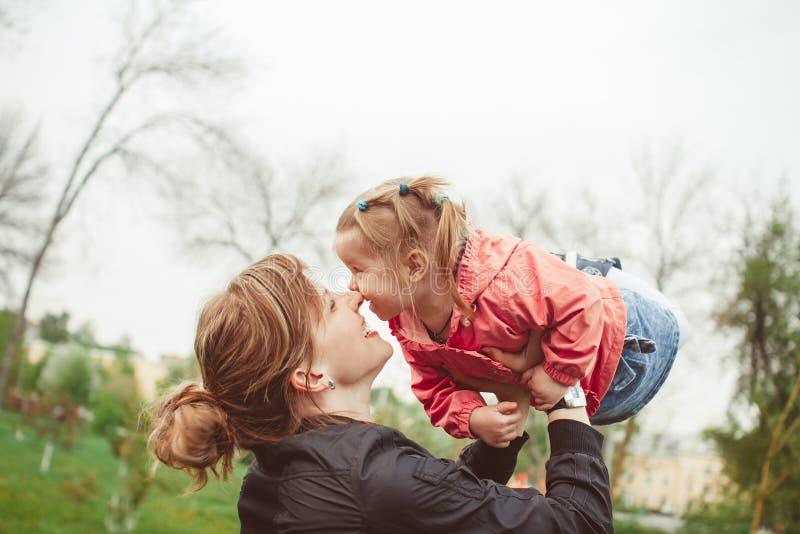 La maman prend la fille photos libres de droits