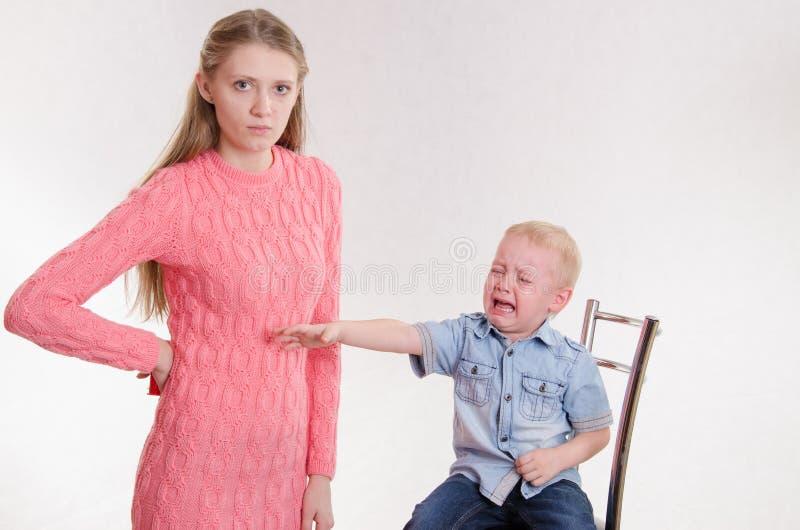 La maman a puni le garçon de trois ans photos stock