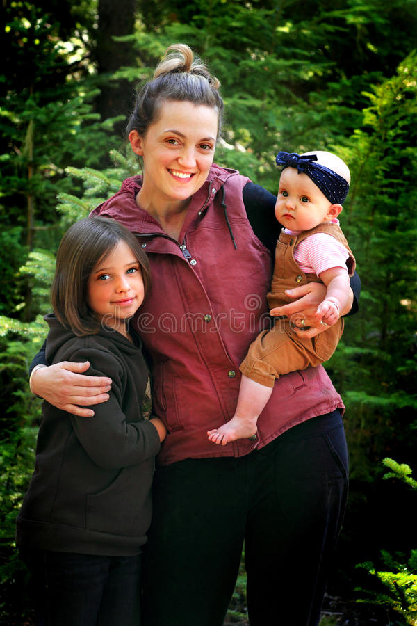 La maman tient les enfants mignons photographie stock