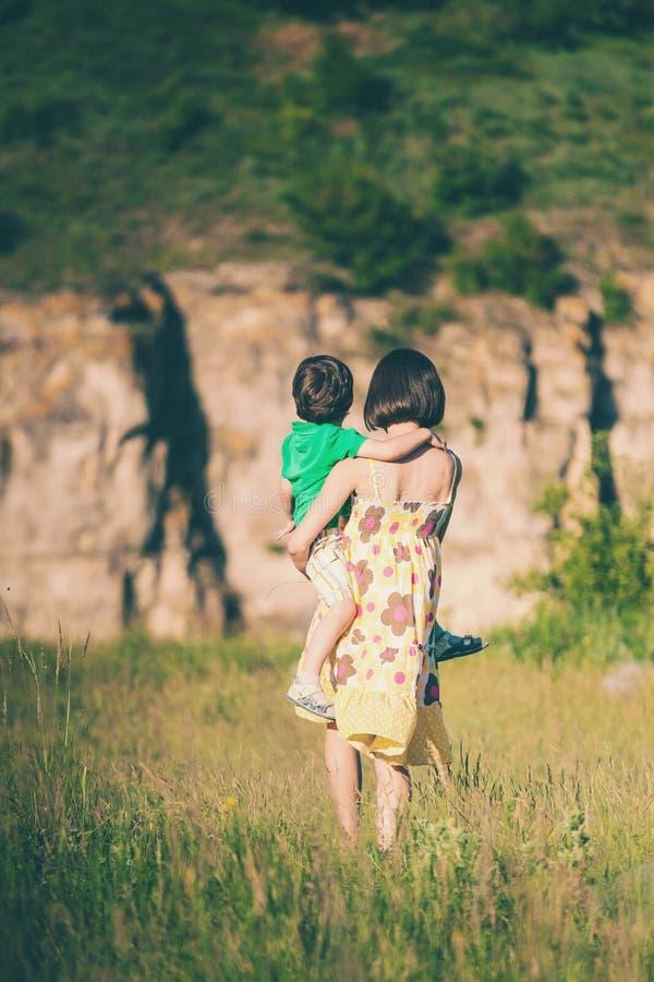 La mamma abbraccia il ragazzo immagine stock