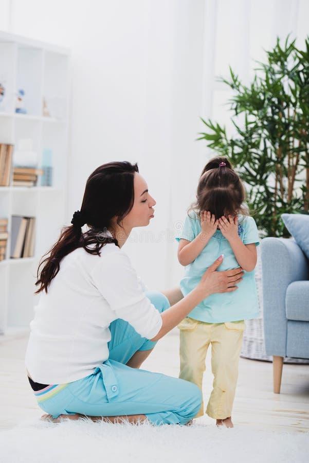 La mamma consola sua figlia gridante Non si preoccupi, non gridi fotografia stock libera da diritti