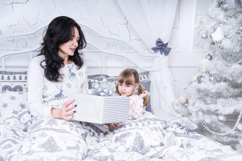 La mamma dà un regalo a sua figlia fotografia stock