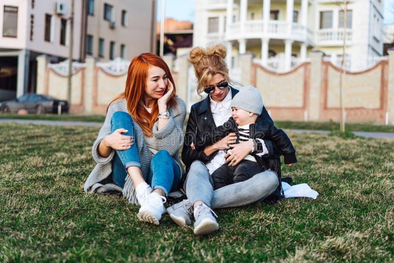 La mamma e zia giocano con un ragazzo nel parco fotografie stock libere da diritti