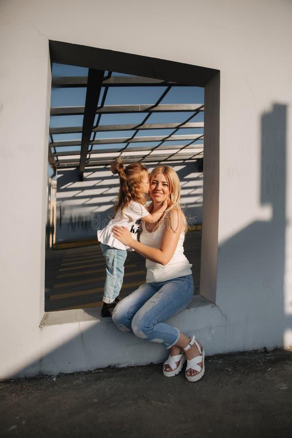 La mamma gioca con sua figlia un giorno soleggiato dell'estate fotografia stock libera da diritti