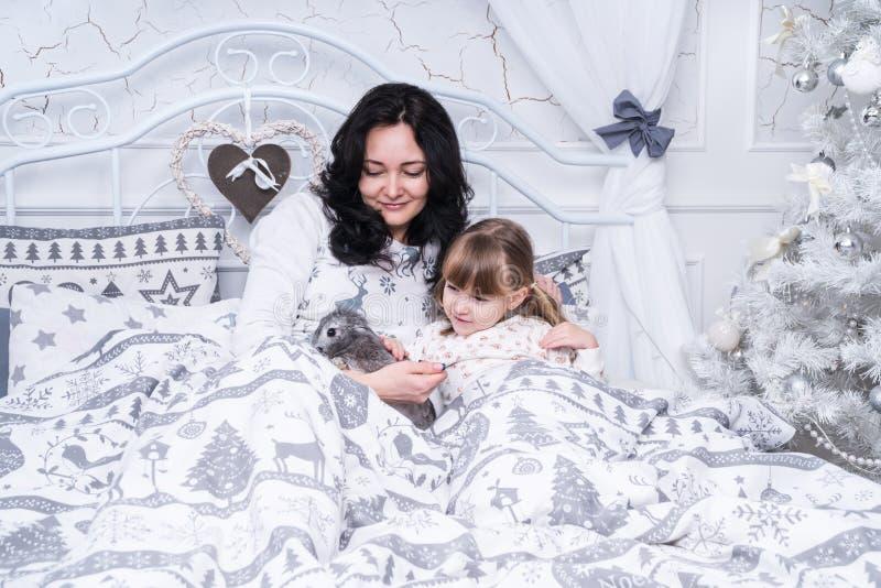La mamma ha dato la figlia di un coniglio fotografia stock libera da diritti