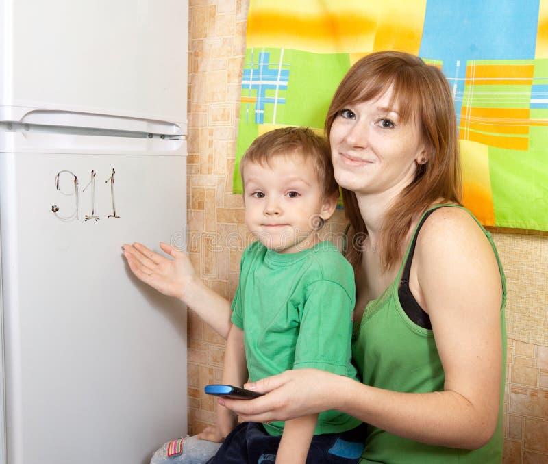 La mamma insegna ad un bambino fotografia stock