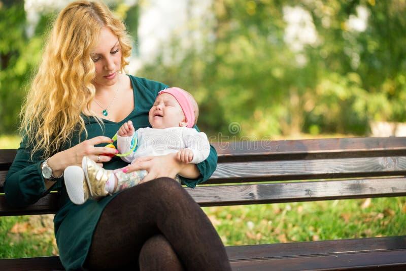La mamma lenisce un bambino gridante fotografia stock libera da diritti