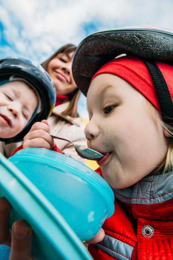 La mamma sta alimentando il suo bambino nella via fotografie stock