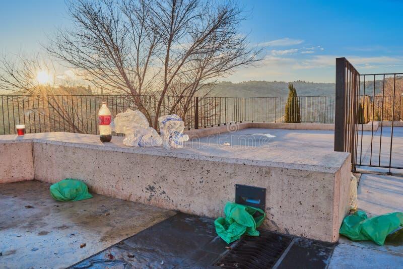 La Mancha, Spagna di Toledo, Castiglia; 23 dicembre 2 017: Il resti di rifiuti, i sacchetti di plastica e la coca imbottigliano C immagini stock