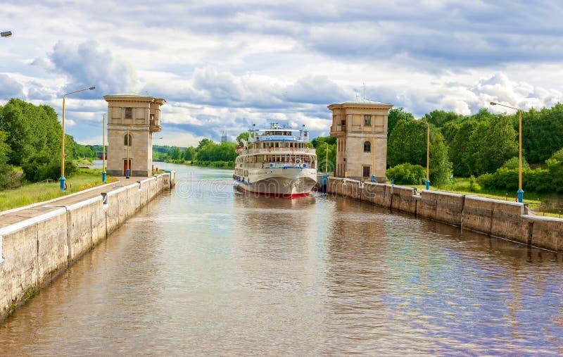 La Manche a appelé Moscou gateways Vue scénique du bateau au canal baptisé du nom de Moscou Pendant l'?t? un jour ensoleill? photo libre de droits