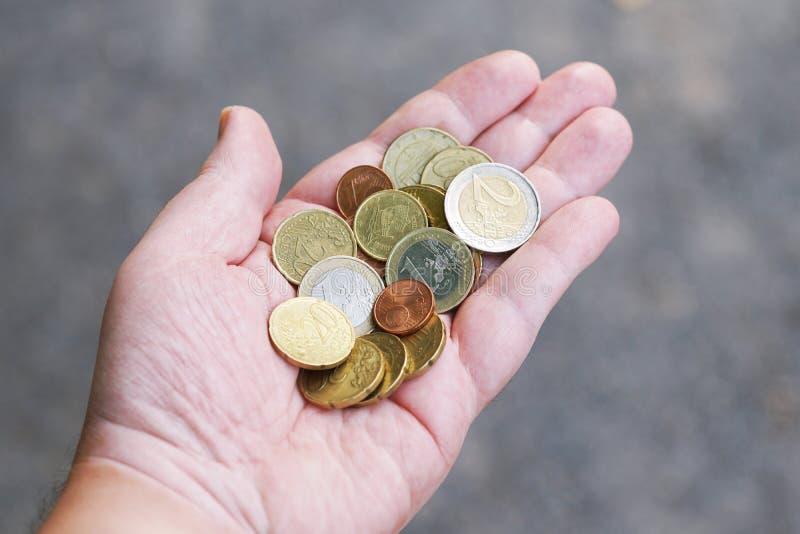 La manciata di euro centesimo del piccolo cambiamento sciolto della tasca conia in palma della mano fotografia stock libera da diritti