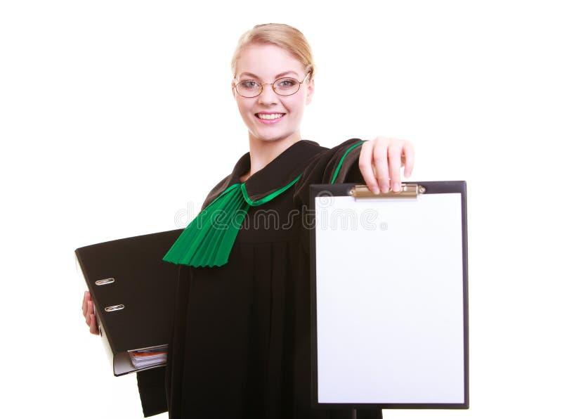 La mandataire d'avocate de femme dans la robe de poli de classique tient le signe vide de presse-papiers image libre de droits