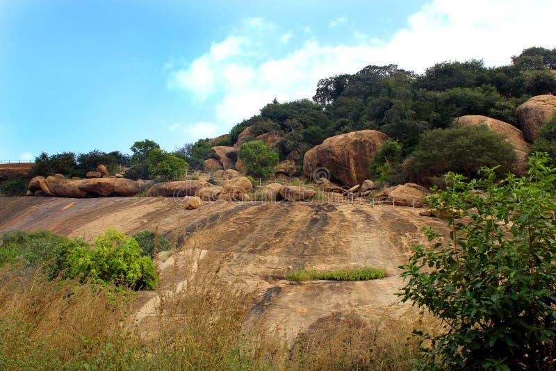 La manera de camas de piedra jain del complejo sittanavasal del templo de la cueva fotos de archivo libres de regalías