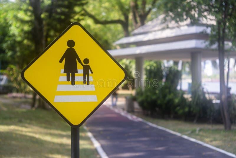 La manera peatonal firma adentro el parque imagen de archivo libre de regalías