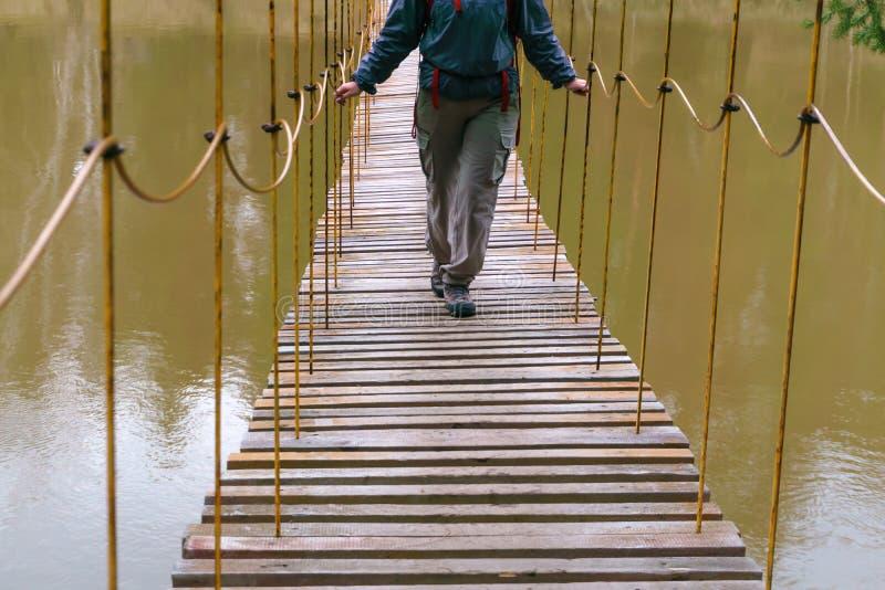 La manera sobre el puente de colgante sobre el r?o de la primavera fotografía de archivo libre de regalías