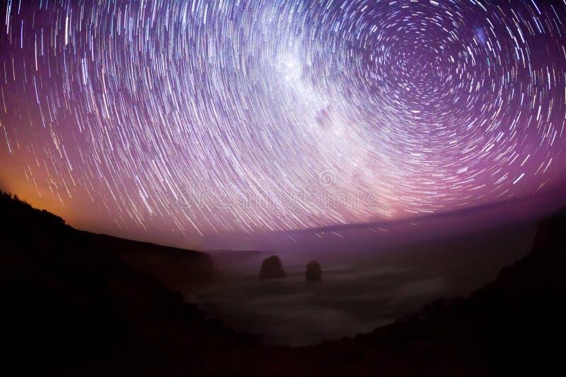 La manera y la estrella de Mllky se arrastran, exposición larga imagen de archivo libre de regalías