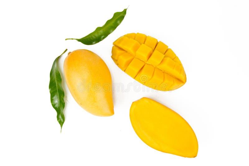 La mangue avec le modèle de feuille, configuration plate a isolé le fond blanc photographie stock