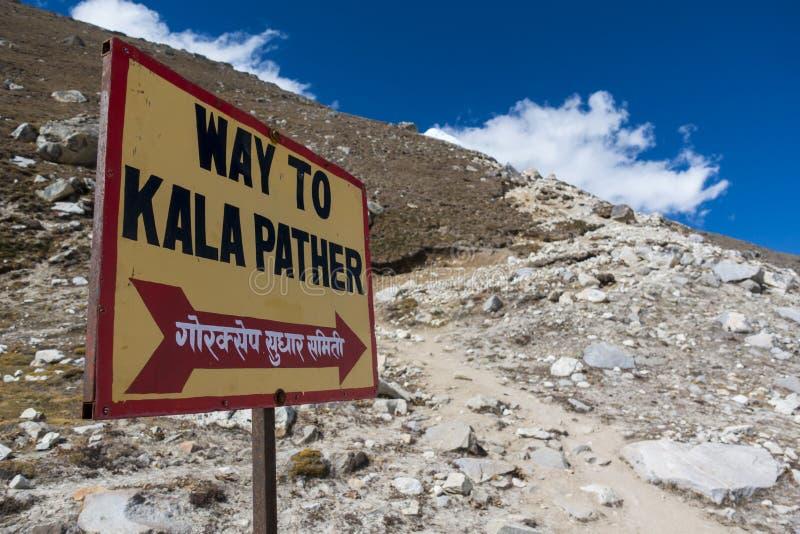 La manière au point de vue de Kala Pattar Gorak Shep Pendant la manière au camp de base d'Everest image libre de droits