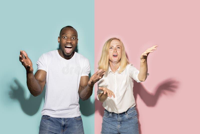 La manifestation sportive de observation étonnée Afro de couples à la TV à la maison, jeu réussi Concept différent d'émotions Pro photographie stock libre de droits