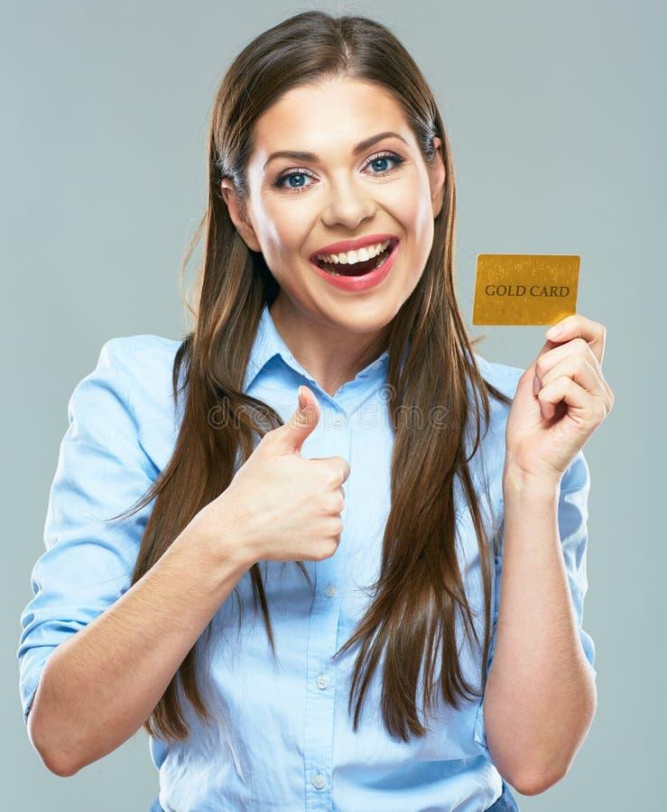 La manifestazione sorridente felice della carta di credito della tenuta della donna di affari sfoglia su immagine stock libera da diritti