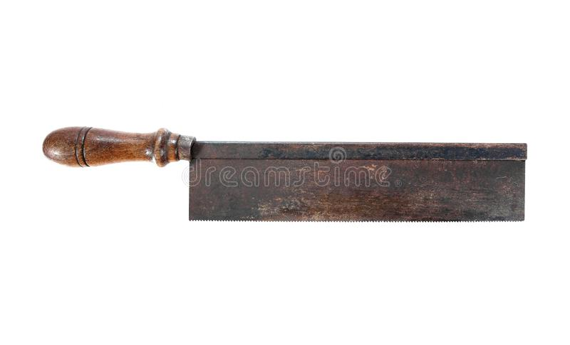 La mano antica del carpentiere ha visto lo strumento con la maniglia di scultura di legno isolata su fondo bianco Sega arrugginit immagine stock libera da diritti